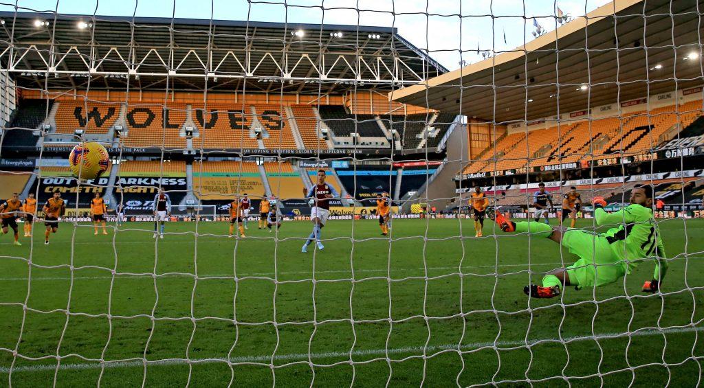 Anwar El Ghazi marque le premier but de son équipe sur penalty lors du match de Premier League au stade Molineux de Wolverhampton.