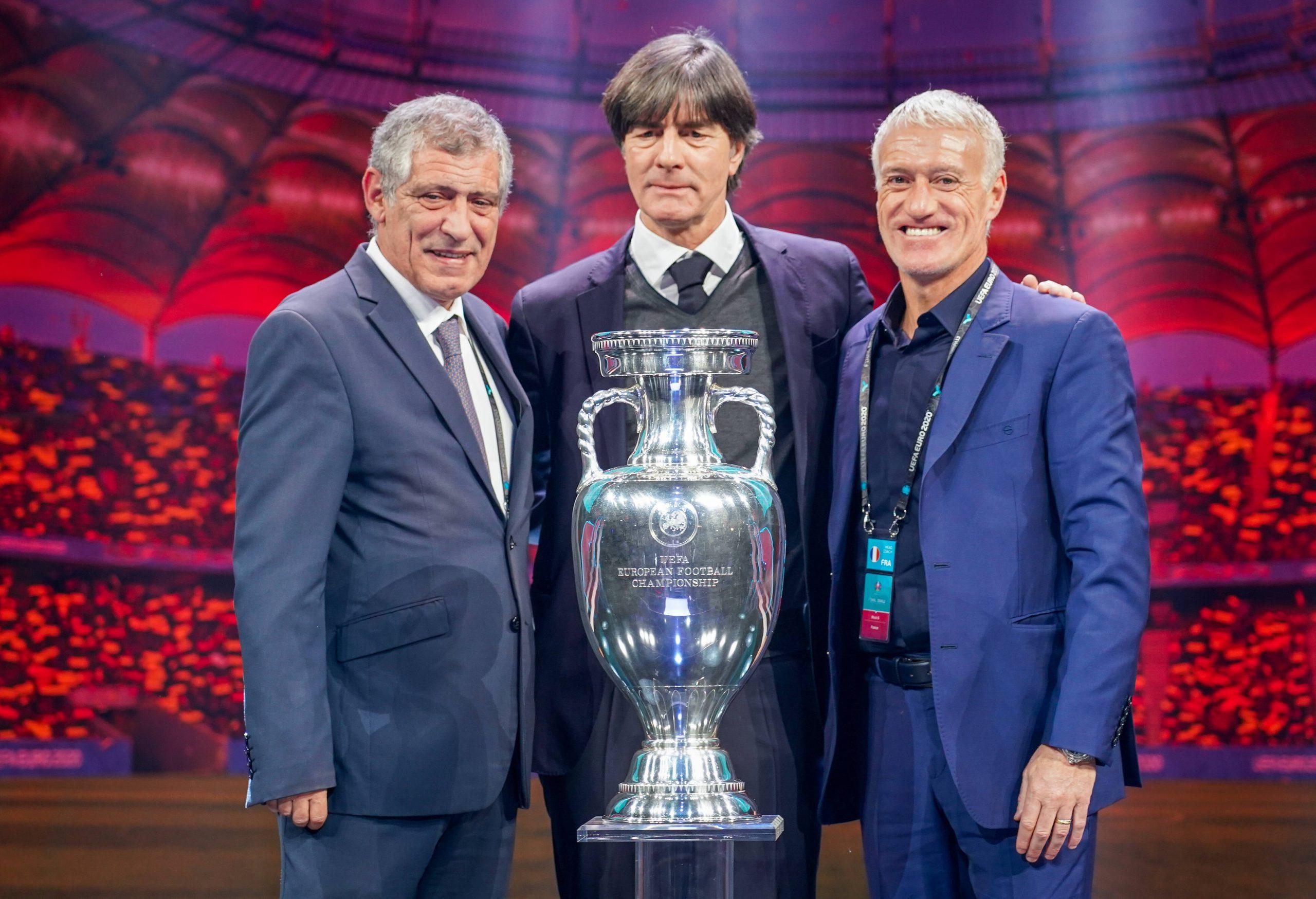 Fernando Santos, Joachim Low et Didier Deschamps avec le trophée de l'EURO 2021