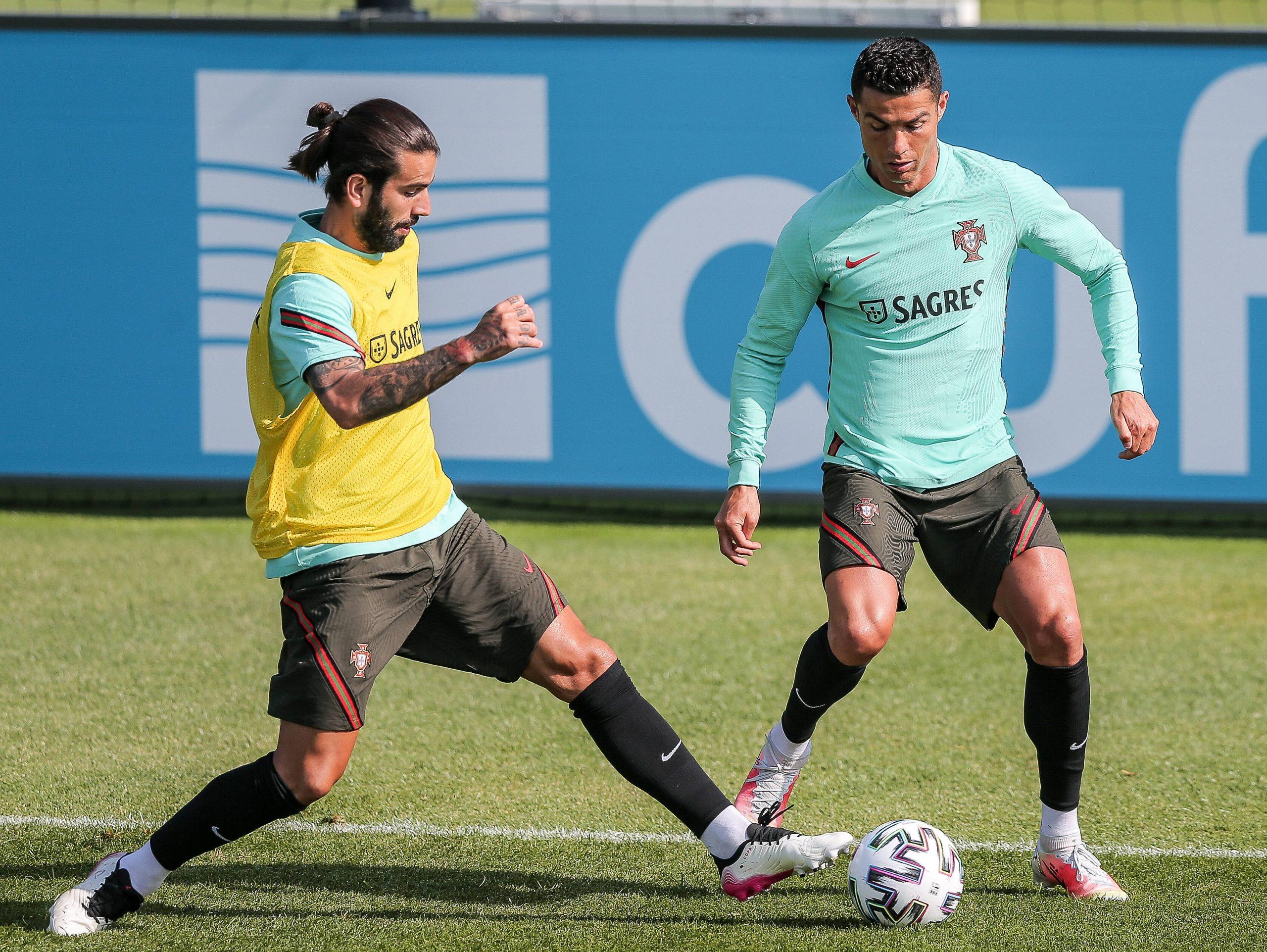 Sergio Oliveira et Cristiano Ronaldo à l'entraînement