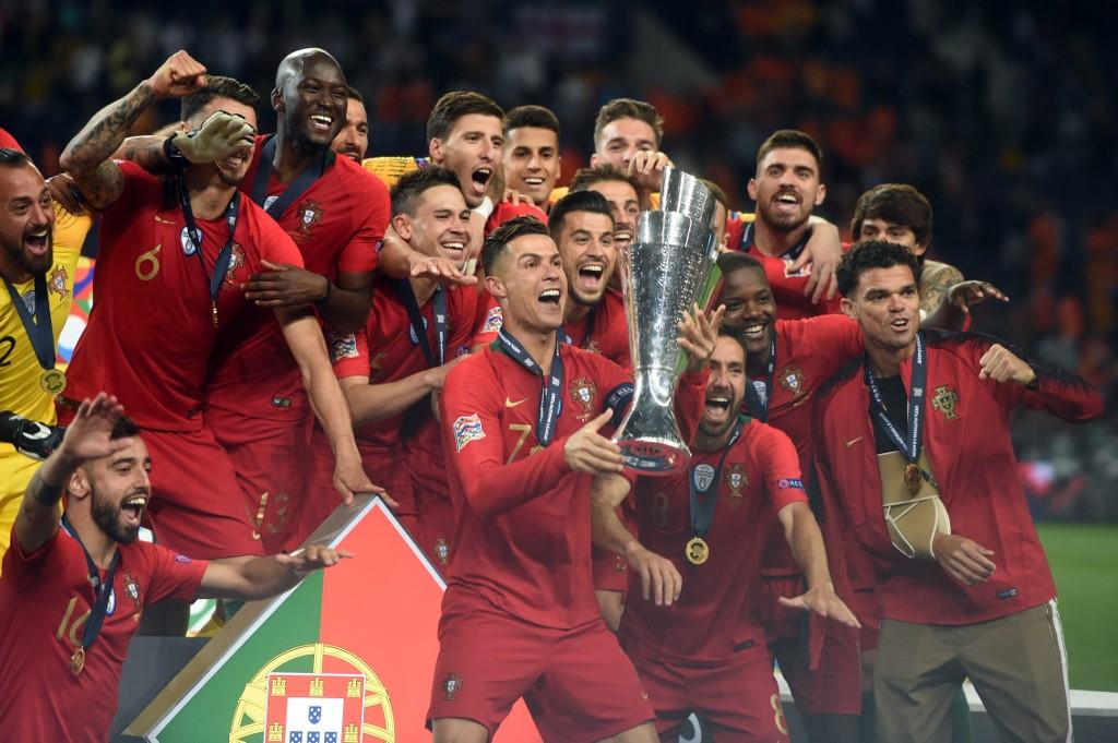 Le Portugal soulevant le trophée de la Ligue des Nations.